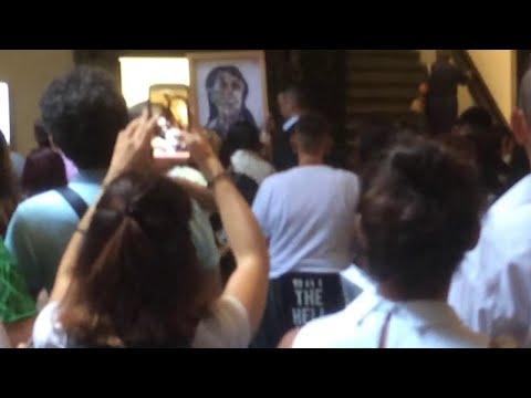 Firenze, l'aggressione a Marina Abramovic: un uomo le spacca un quadro in testa