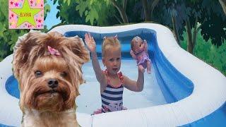 Эльвира с пупсиком в бассейне играют с собачкой Боняй