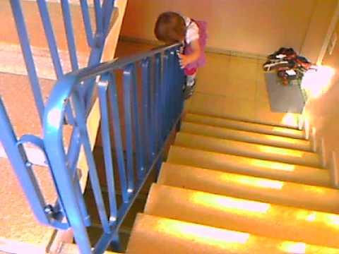 Laura Beim Treppengelander Herunterrutschen Youtube