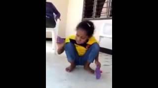 Niña ciega cantando a ritmo de sus chancletlas