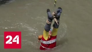 Смотреть видео Захлебнулся и утонул: индийский подражатель Гудини не справился с заданием - Россия 24 онлайн