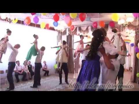 Трогательный танец пап и дочек на выпускном ДС