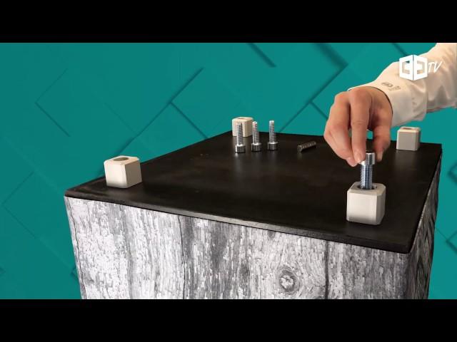 Bedruckte Sitzwürfel verwandeln – Quadratische Aluminiumfüße anbringen
