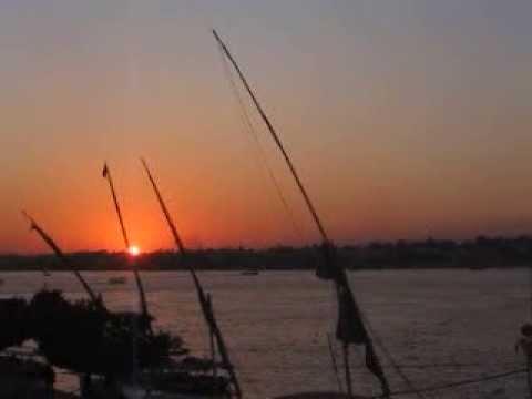 Sonnenuntergang in Luxor im Land der Pharaonen