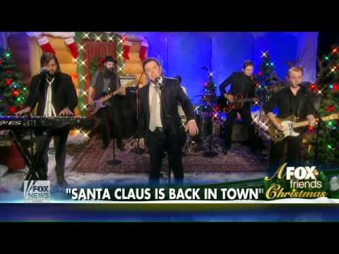 Scotty McCreery performs 'Santa Claus is Back in Town'