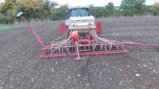 Drilling Winter wheat with Weaving tine drill and new holland t6070