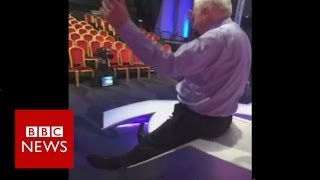 David Dimbleby slides down new Question Time set - BBC News