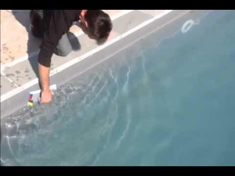 Demo brosse manuelle nettoyage de ligne d 39 eau de piscine for Nettoyer ligne d eau piscine