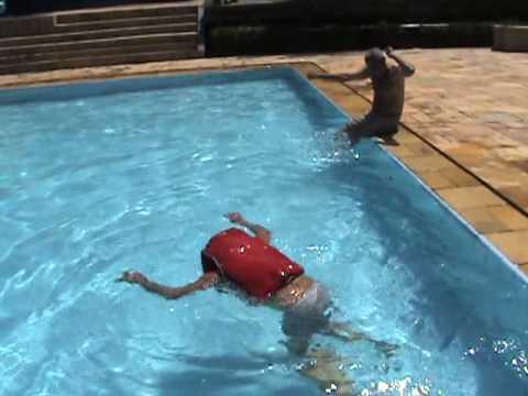 Dc jonas de pai nadando de colete na piscina for Piscinas de segunda mano baratas