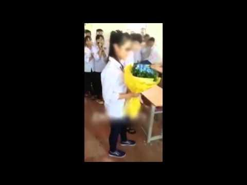 Nam sinh nhỏ tuổi hôn bạn gái thắm thiết giữa lớp nhân ngày 20/10