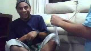 bebe rindo com pai rasgando papel parte 1