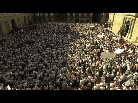 Barcelona Protesters Wear White to Urge Dialogue