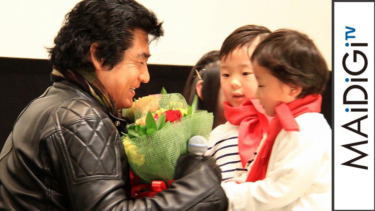 藤岡弘、「感動ですね」子供たちからの花束に熱い\u201cハグ\u201d 映画「仮面ライダー1号」初日舞台あいさつ2
