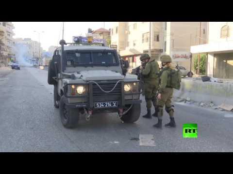 الجيش الإسرائيلي يستخدم الغاز المسيل للدموع ضد المتظاهرين عند حاجز قلنديا  - 22:21-2017 / 7 / 19