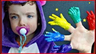 Макар и Поли красят игрушечные ручки