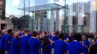iPhone 5 launch - Apple Store Fifth Avenue, New York City(iCulture was aanwezig bij de introductie van de iPhone 5 bij de Fifth Avenue Apple Store., 2012-09-21T14:54:32.000Z)