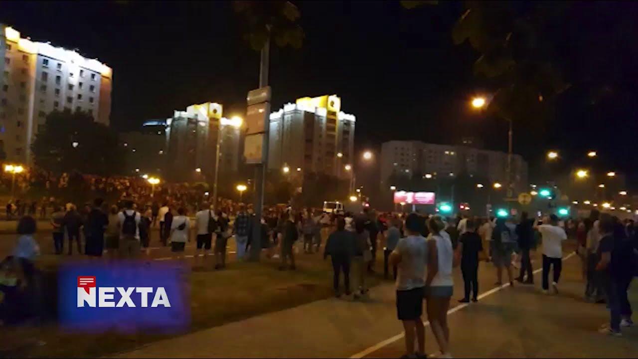 Автозак в'їжджає у натовп протестуючих в Білорусі