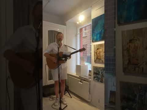 Guy sings in Stockholm's gallery