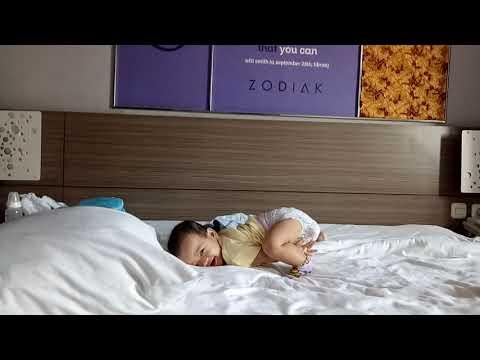 Gaya Gemas Baby Jenn Di Kasur Hotel Top Malioboro