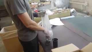Ведущий сборщик кресел рассказывает как формируется набор в коробку с креслом(