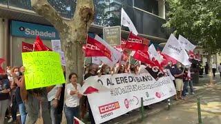 Concentración de los empleados del Sabadell por el ERE planteado