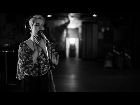 Sydney Delong - Hold Me Closer mp3