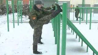 Солдаты Почетного караула жонглируют карабином(Солдаты батальона Почетного караула ежедневно тренируются, чтобы добиться безупречной синхронности движе..., 2010-12-14T16:30:24.000Z)