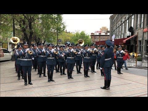 Полицейский оркестр устроил праздничный тур в центре Еревана