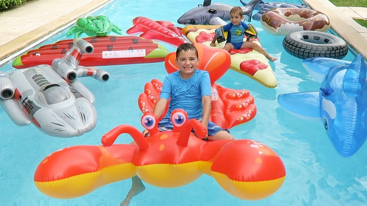 piscine remplie de jeux gonflables g ants requin homard