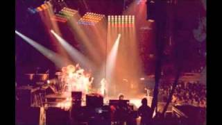 12. Fat Bottomed Girls (Queen-Live At Wembley Arena: 12/9/1980)
