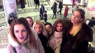 Девушки поют  песни в Охотном ряду!