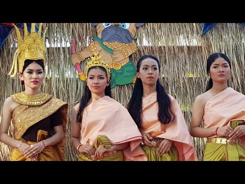 ការបង្ហាញម៉ូតសំលៀកបំពាក់បែបប្រពៃណីខ្មែររដោយសិស្សវិ.ស.អ.ត.ខ, Traditional Khmer fashion shows