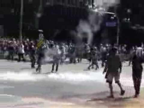 ตำรวจยิงแก๊สน้ำตาใส่ ที่หน้าวัดเบญจมบพิตร วันที่ 1 ธันวาคม 2556