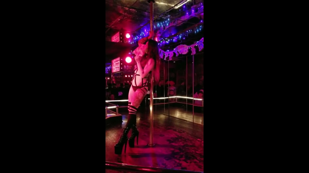 Dancer Lilly Moon Eating Pizza Stage Show At Jumbos Clown Room - YouTube