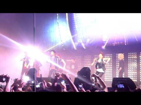 "SHINee RING DING DONG - SMTOWN Live PARIS Zenith 2011 [HD] 링딩동  샤이니"" 민호  [ fancam ]"