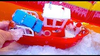 Ледокол и огромная пожарная машина вытаскивают из подо льда машинки из мультика Тачки