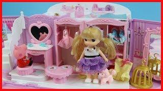 洋娃娃和粉紅豬小妹在玩具小房子裡扮家家酒的故事