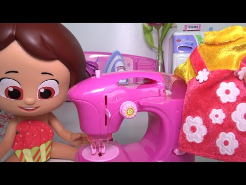 Terzi Niloya elbisesini çamaşır makinesinde yıkıyor, dikiş makinesinde dikiyor ve ütülüyor.