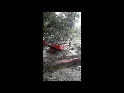 La ceniza se arrastra en una riada por los caminos de la parroqua de Ernes, en Negueira de Muñiz