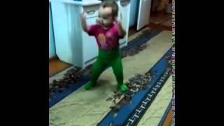 Ребёнок танцует ей всего 1,5 годика