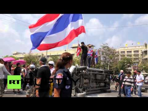 Thailand: Protesters smash police cars in the aftermath of clashes
