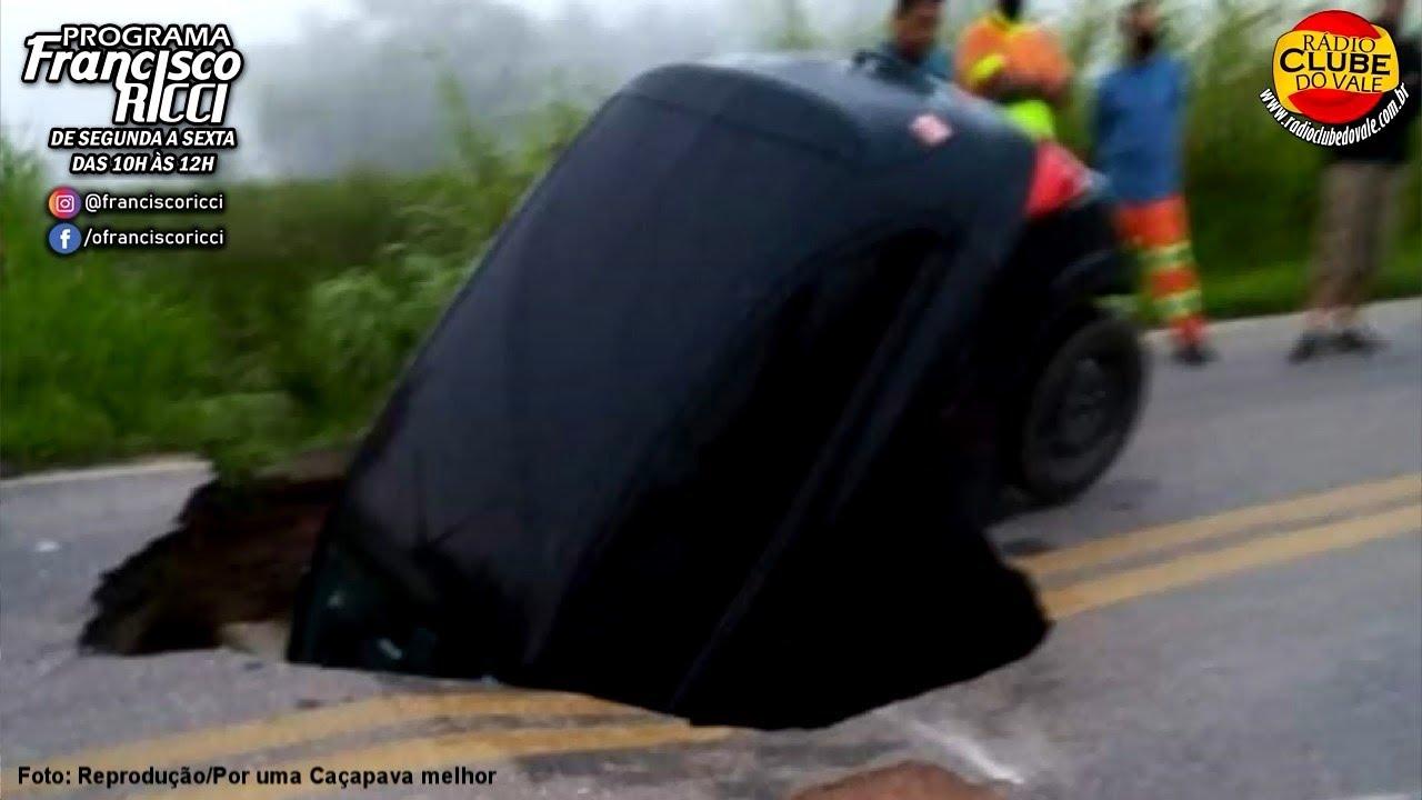 Após chuvas, asfalto cede e carro cai em cratera em Caçapava