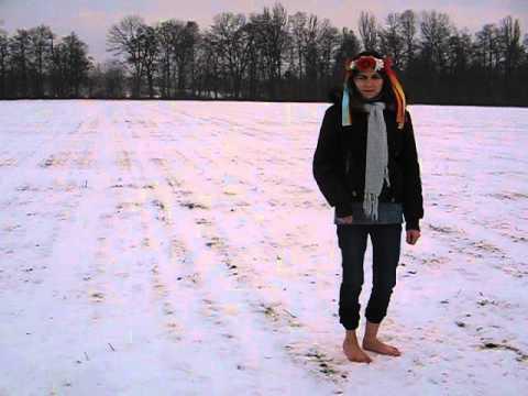 Девушка г уляет босиком по снегу видео фото 748-260