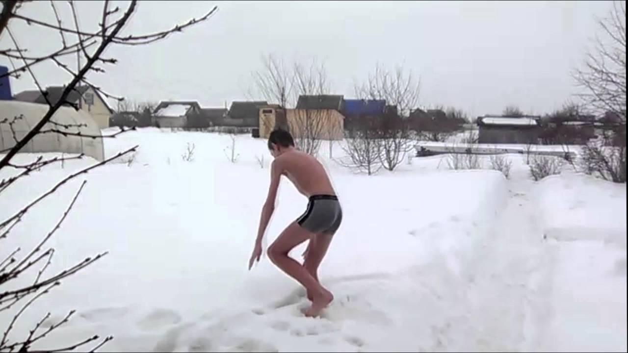 Раздели бегает голая по снегу видео
