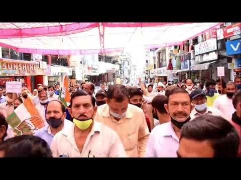 जिला कांग्रेस कमेटी द्वारा आज हमीरपुर के गांधी चौक पर विरोध प्रदर्शन ......