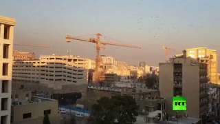 لحظة إطلاق المضادات الأرضية الإيرانية رشقات تجاه طائرة من دون طيار في طهران