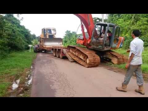Offloading the Hitachi F200 and Cat D6T from the Oshkosh HET M1070