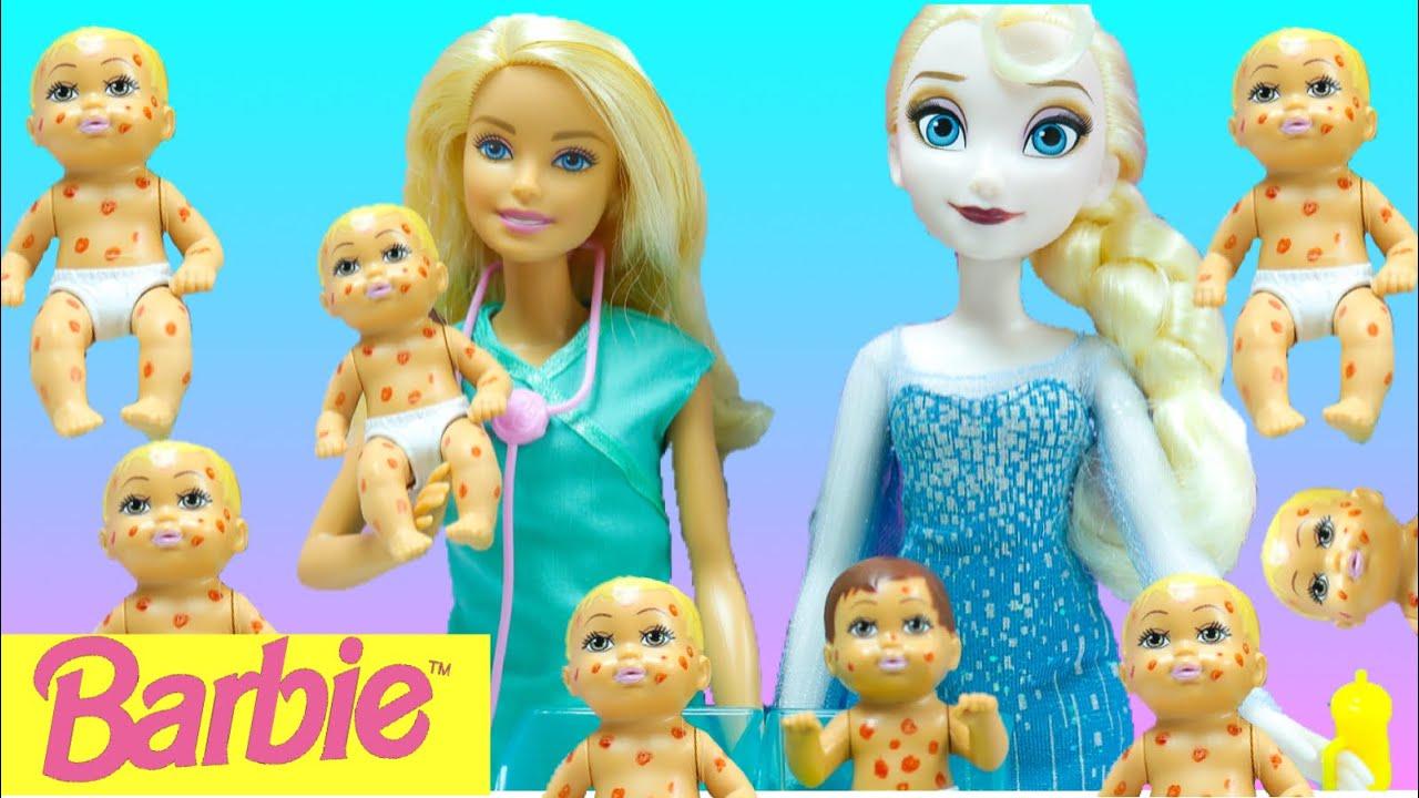 Barbie doctora de bebes y Elsa en  historias de muñecas Creando y jugando