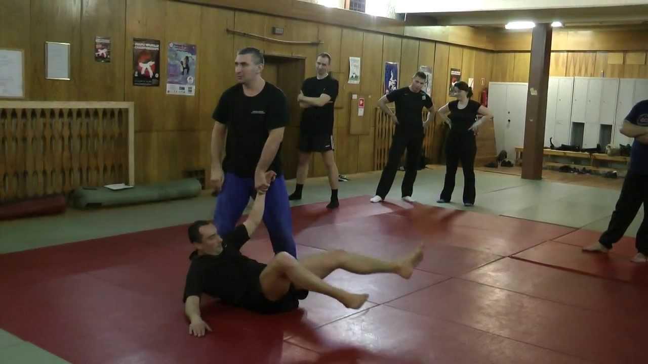 Policjanci doskonalą swoje umiejętności z zakresu taktyki i technik interwencji