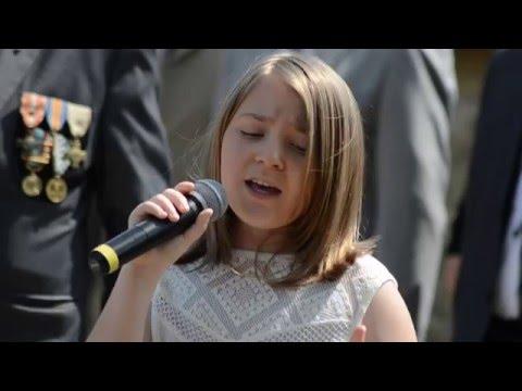Lea chante la Marseillaise à l'occasion de la commémoration du 08 mai 2016